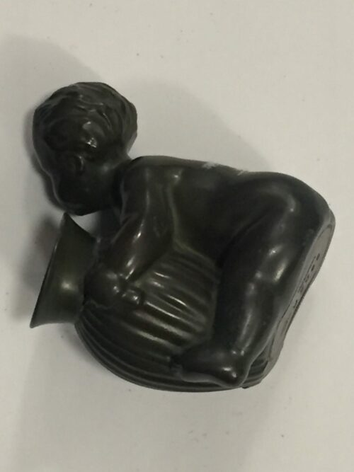 Bronze pige med krukke